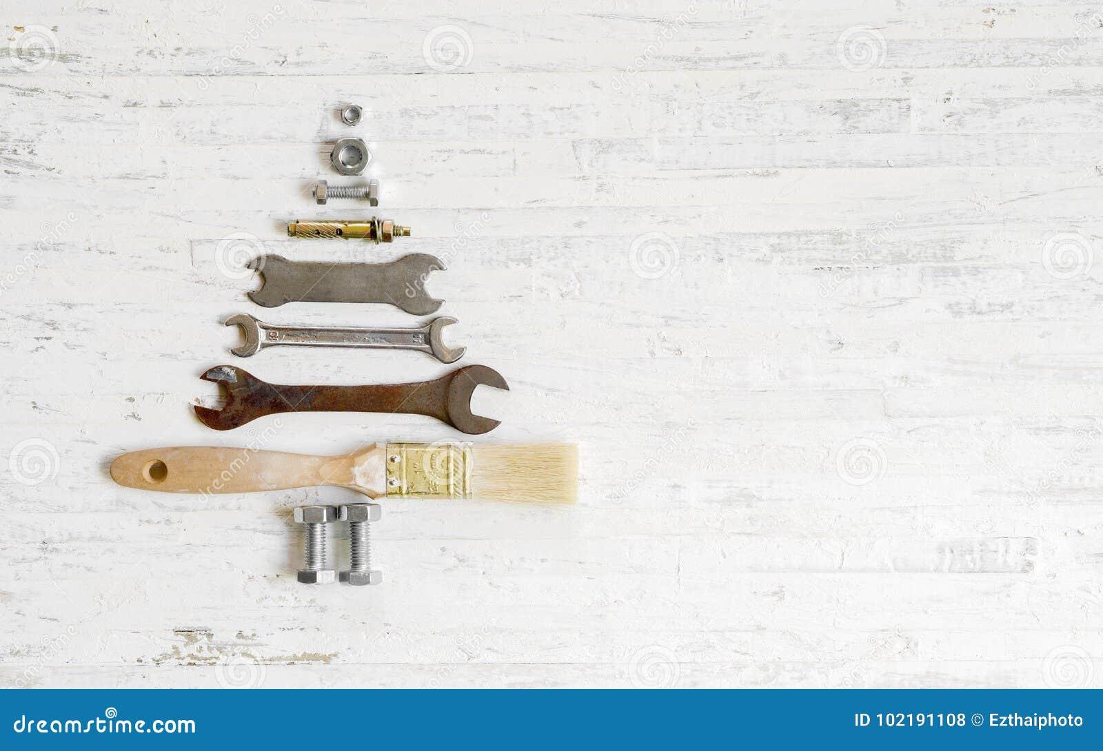 Γαλλικό κλειδί βουρτσών χρωμάτων, καρύδια - και - μπουλόνια που διακοσμούνται ως χριστουγεννιάτικο δέντρο ο