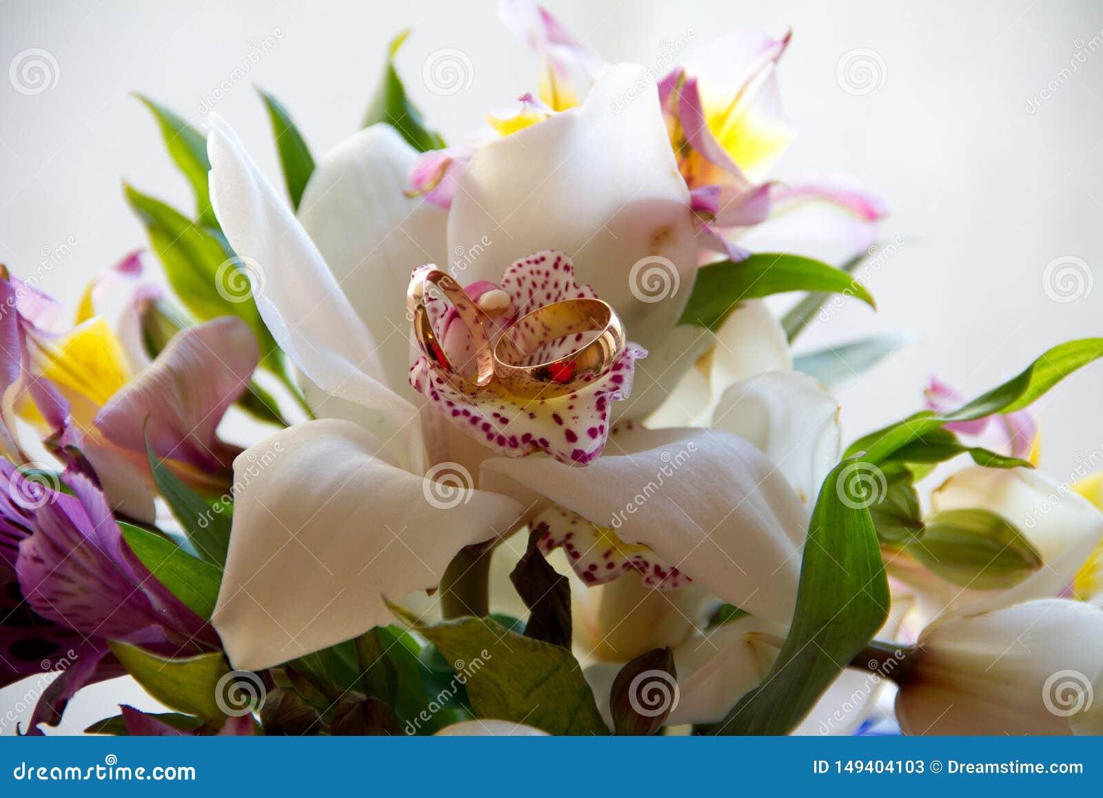 Γαμήλια ανθοδέσμη με τα δαχτυλίδια