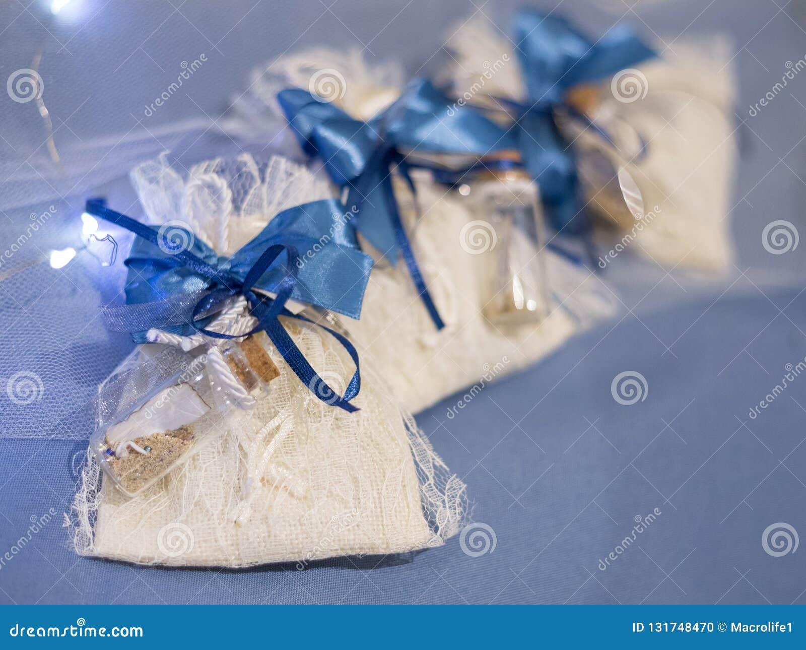 Γαμήλια εύνοια που διακοσμείται με τη δαντέλλα και την μπλε κορδέλλα