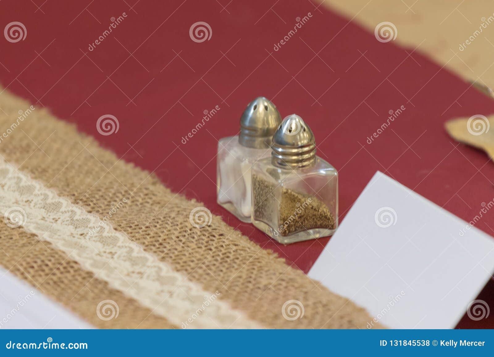 Γαμήλιος πίνακας που θέτουν αλατισμένος και δονητής πιπεριών με την κάρτα θέσεων