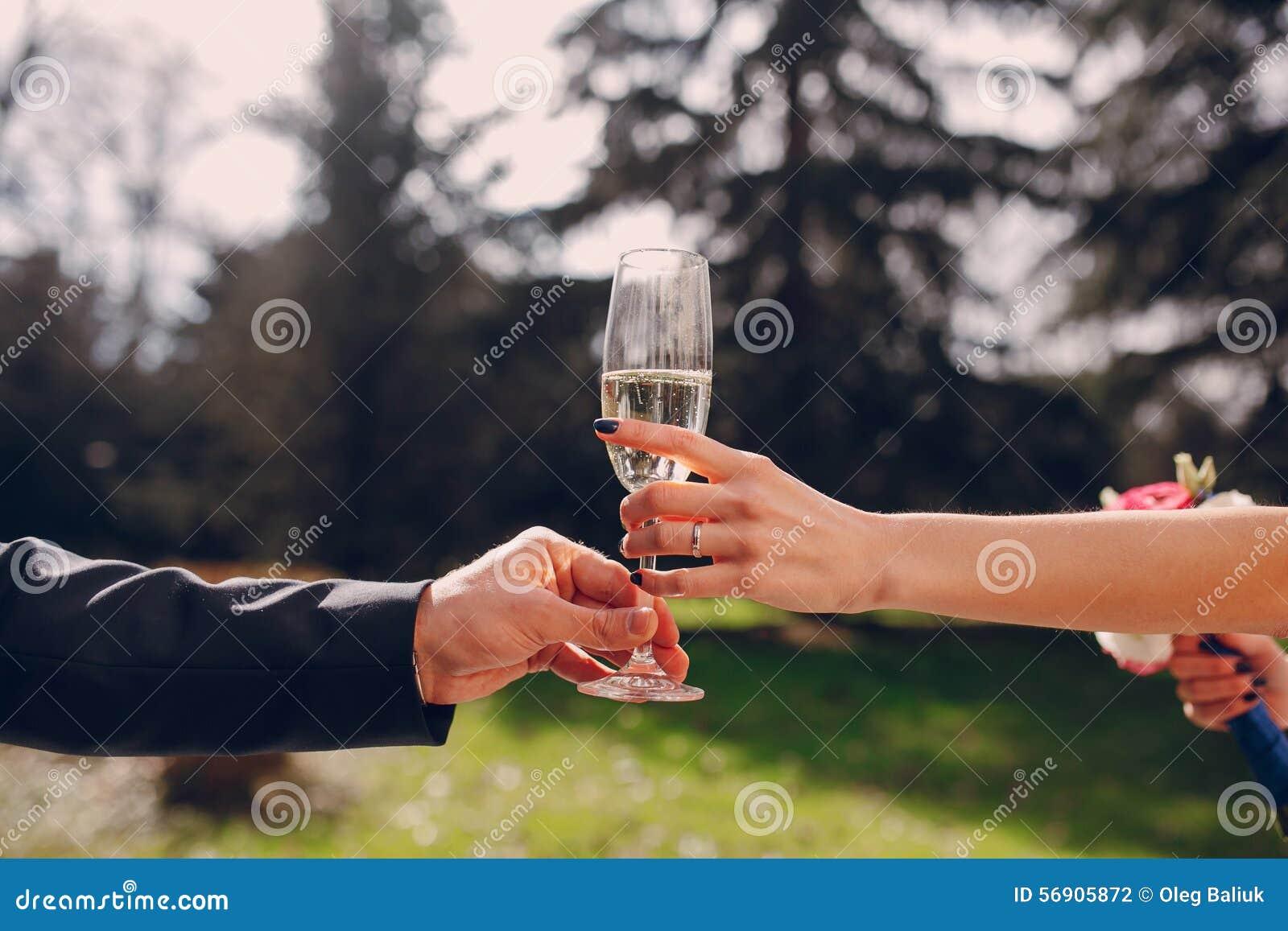 Γαμήλια γυαλιά στα χέρια