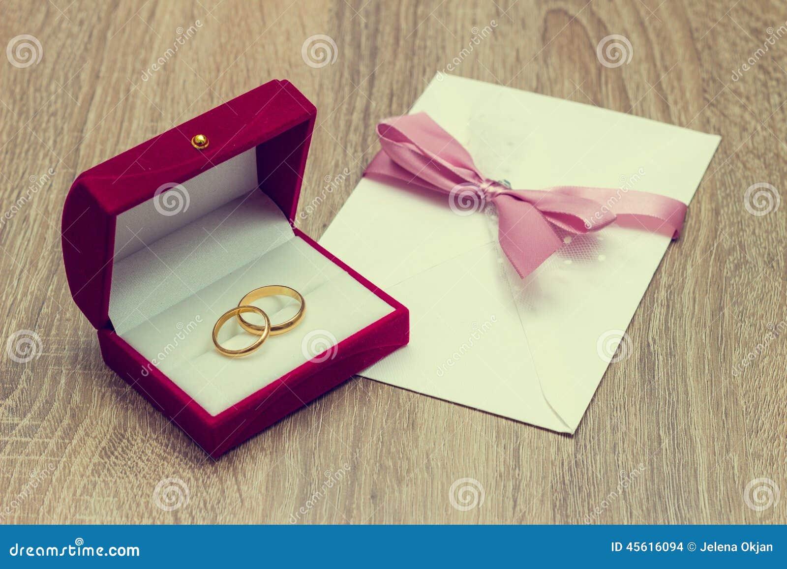 Γαμήλιες δαχτυλίδι και πρόσκληση