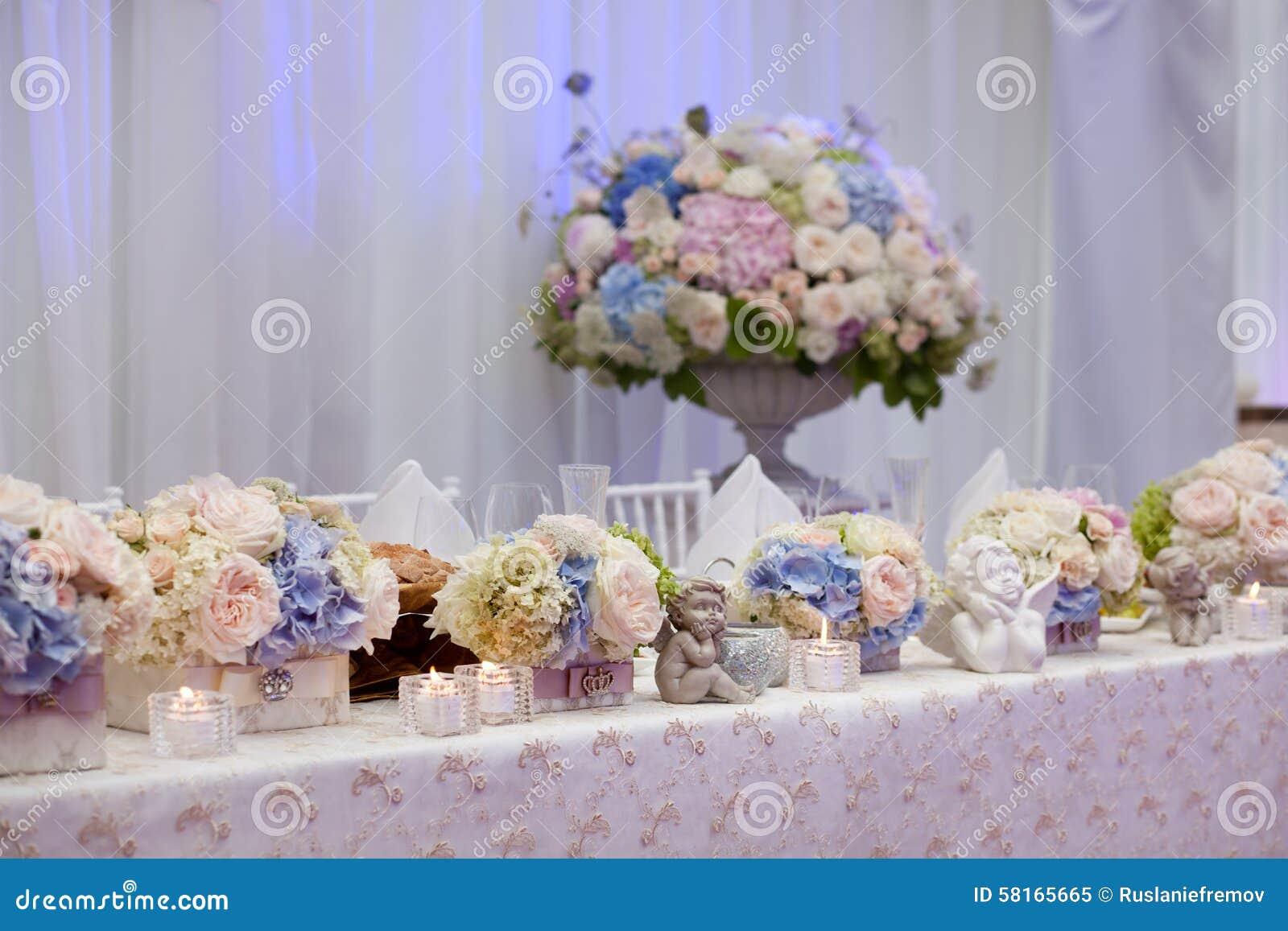 Γαμήλιος πίνακας που θέτει διακοσμημένος στο εστιατόριο