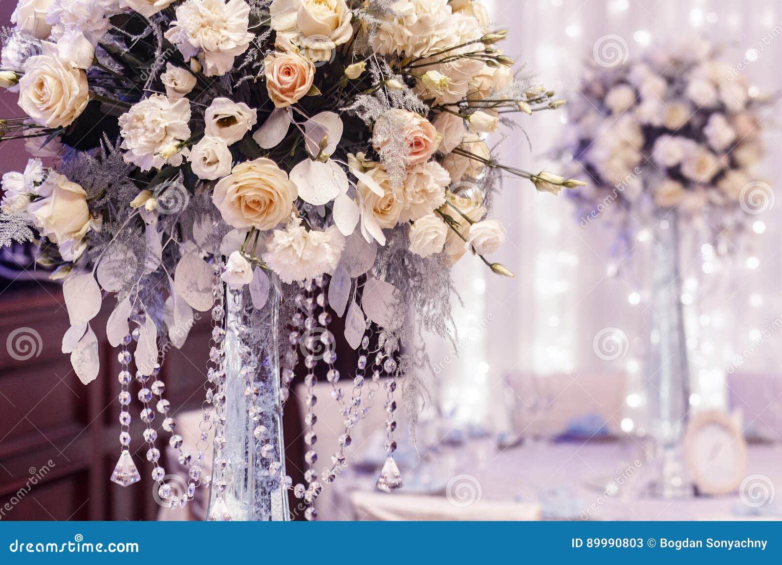 Γαμήλιο ντεκόρ πολυτέλειας με τα λουλούδια των τριαντάφυλλων και της κινηματογράφησης σε πρώτο πλάνο hydrangea
