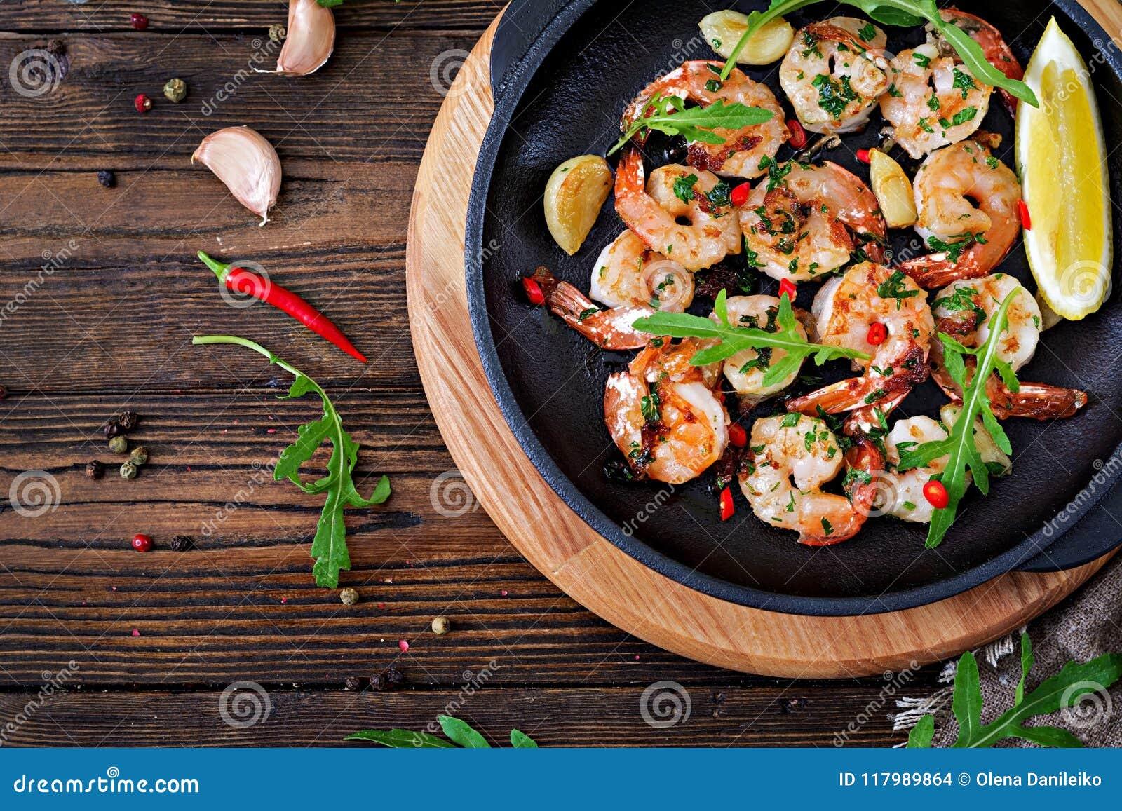 Γαρίδες γαρίδων που ψήνονται στο βούτυρο σκόρδου με το λεμόνι και το μαϊντανό