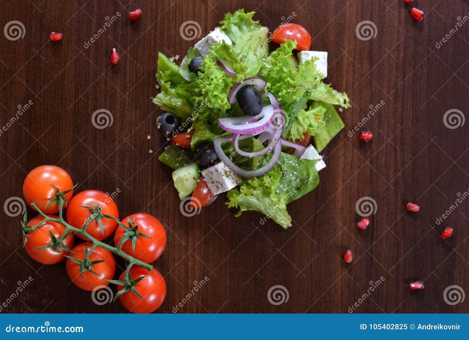 Download Γαστρονομικά τρόφιμα εστιατορίων - εύγευστο καπνισμένο κρέας, ψάρια και φυτικές σαλάτες Τρόφιμα εστιατορίων ορεκτικών πολυτέλειας Στοκ Εικόνα - εικόνα από μαύρα, φρέσκος: 105402825