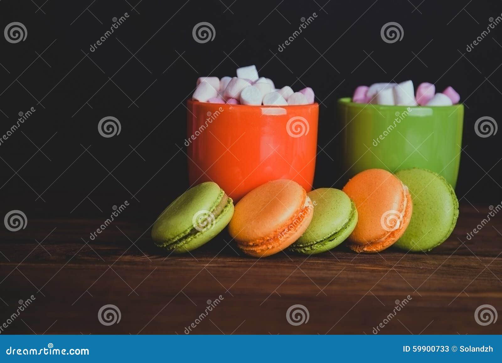 Γαλλικά macaroons και marshmellow στα σκοτεινά χρώματα