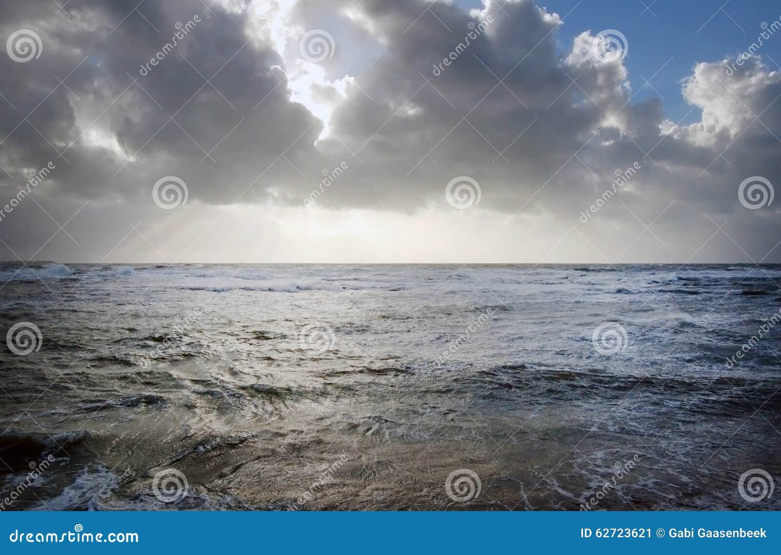 Γαλλική ακροθαλασσιά με τα σκοτεινά σύννεφα και τα κύματα