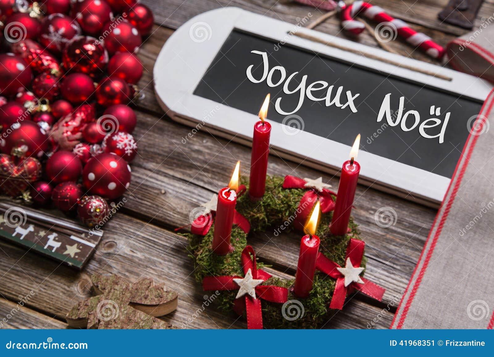 Γαλλική κάρτα Χριστουγέννων με τέσσερα κόκκινα καίγοντας κεριά στο κόκκινο