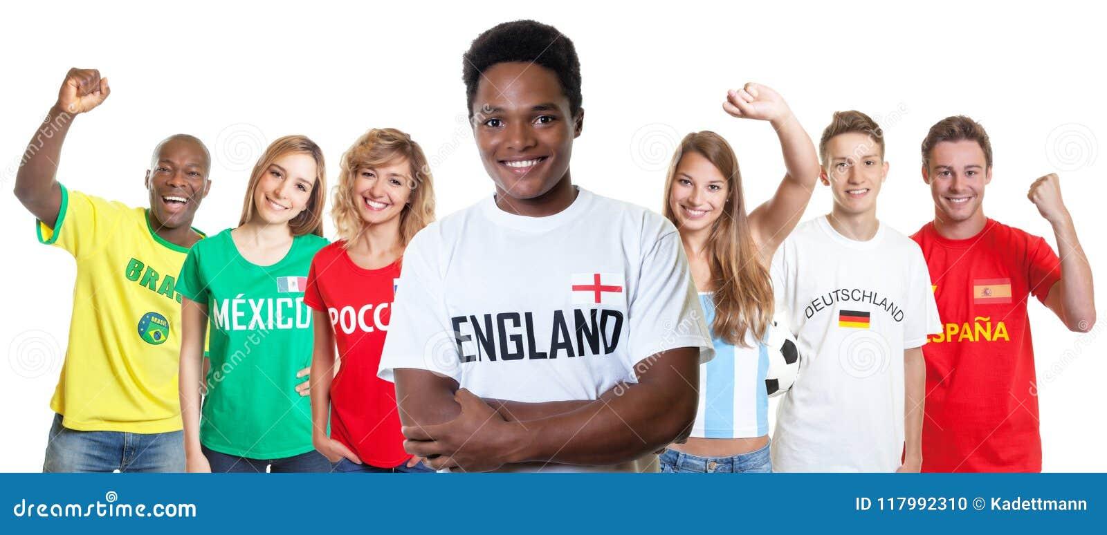 Γελώντας υποστηρικτής ποδοσφαίρου από την Αγγλία με τους ανεμιστήρες από άλλο coun