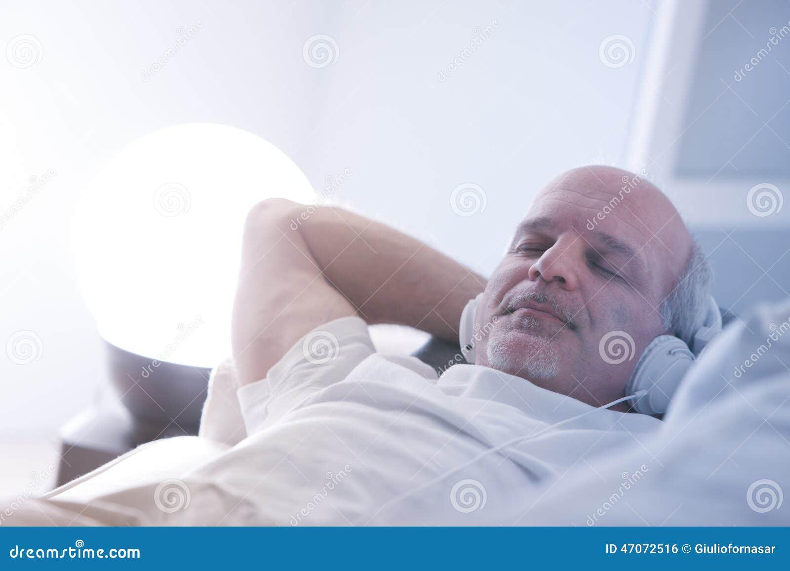 Γεμάτη αυτοπεποίθηση χαλάρωση ατόμων σε έναν καναπέ
