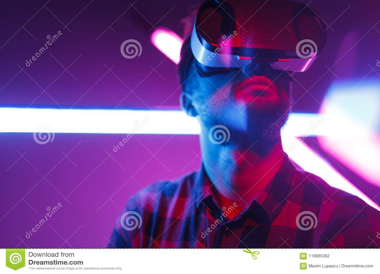 Γενειοφόρο άτομο σε VR ενάντια στο καμμένος νέο