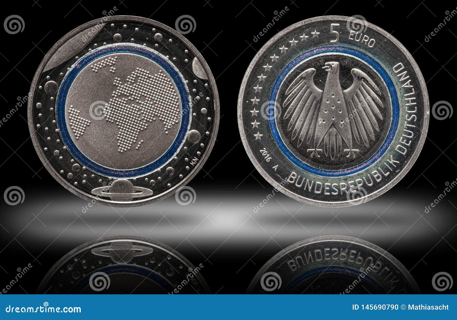 Γερμανία πέντε ευρο- νόμισμα με τους πλανήτες και το μπλε πολυμερές δαχτυλίδι