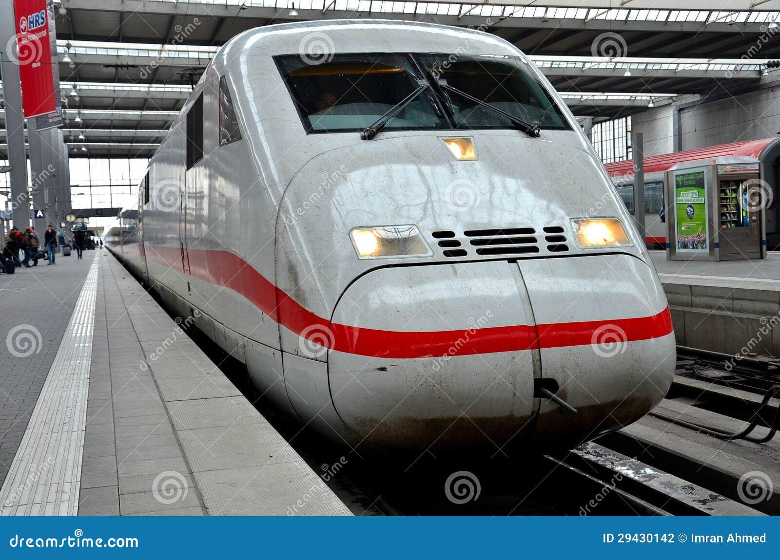 Γερμανικό intercity τραίνο σφαιρών στο σταθμό τρένου του Μόναχου, Γερμανία