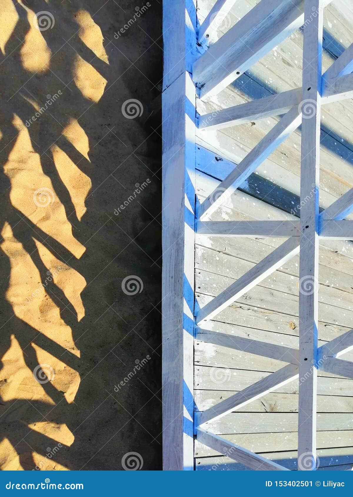 Γεωμετρικές μορφές της αρχιτεκτονικής ενάντια στην άμμο