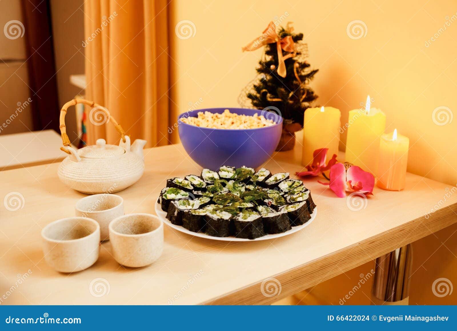 Γεύμα από το φως ιστιοφόρου, σπιτικοί ρόλοι σουσιών