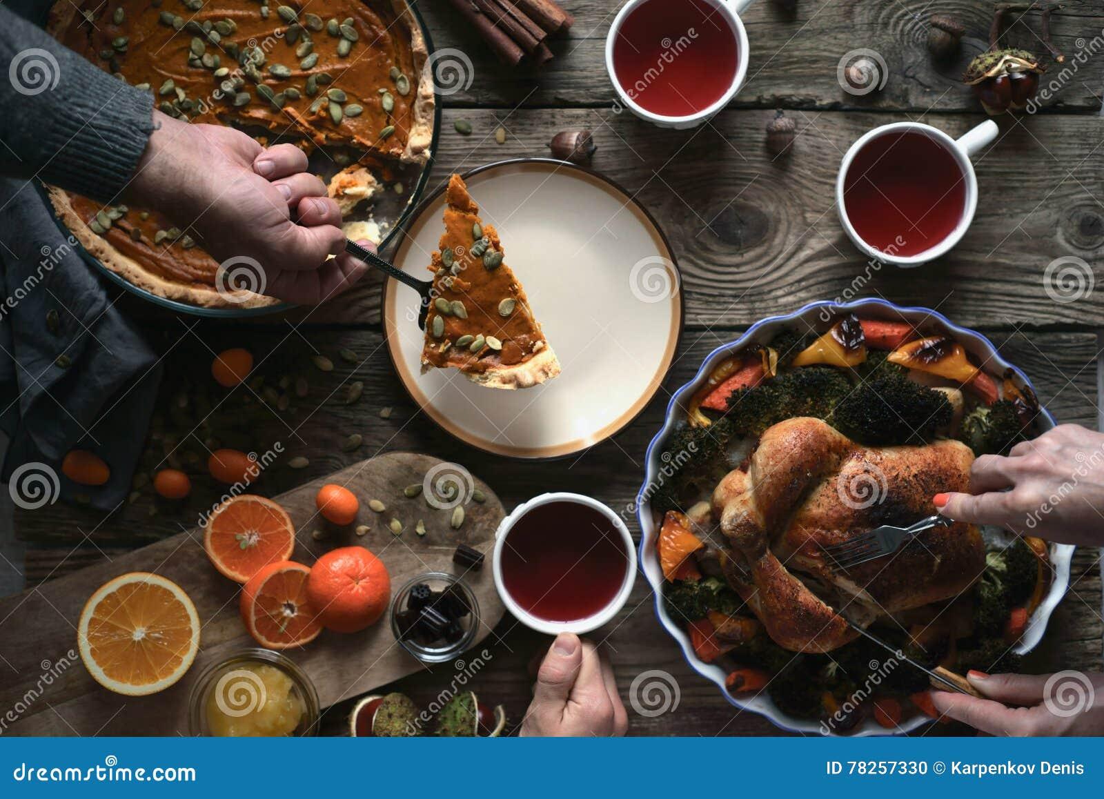 Γεύμα ημέρας των ευχαριστιών στην ξύλινη άποψη επιτραπέζιων κορυφών