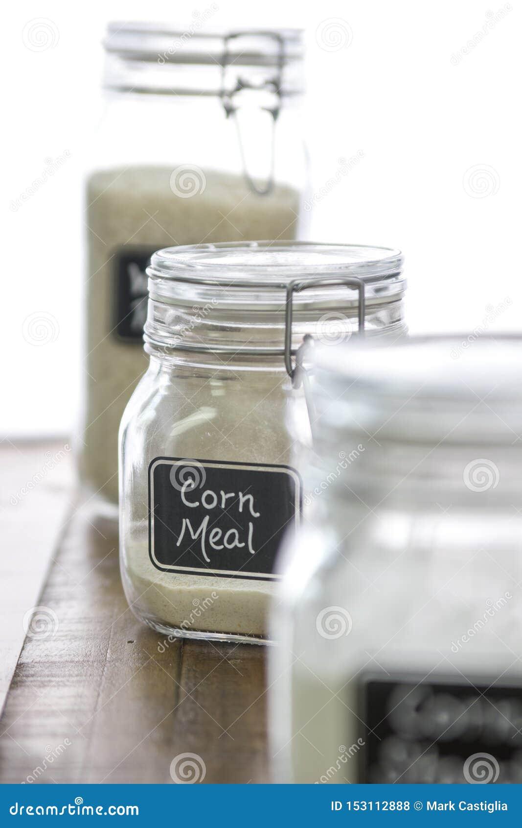 Γεύμα καλαμποκιού σε ένα βάζο με άλλα συστατικά ψησίματος επάνω από το υπόβαθρο εστίασης