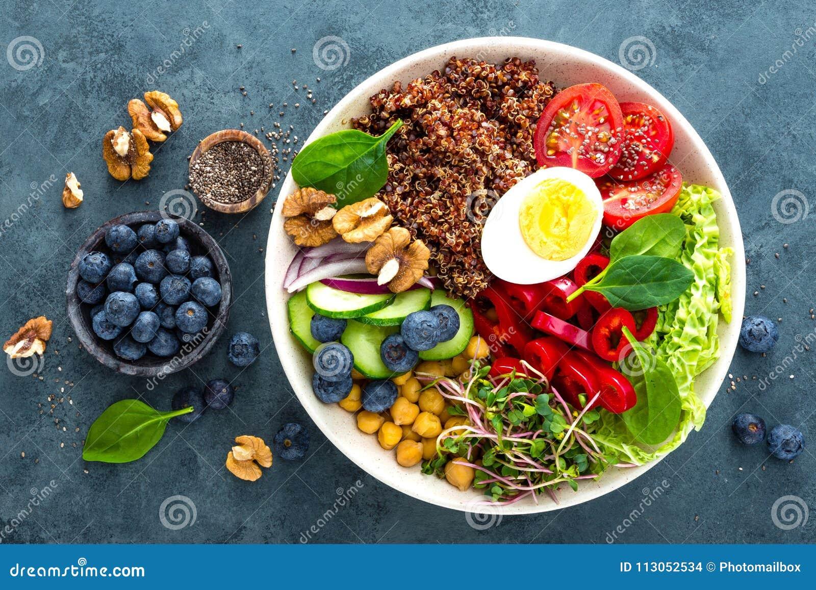 Γεύμα κύπελλων του Βούδα με το βρασμένο αυγό, chickpea, φρέσκια ντομάτα, γλυκό πιπέρι, αγγούρι, λάχανο κραμπολάχανου, κόκκινο κρε