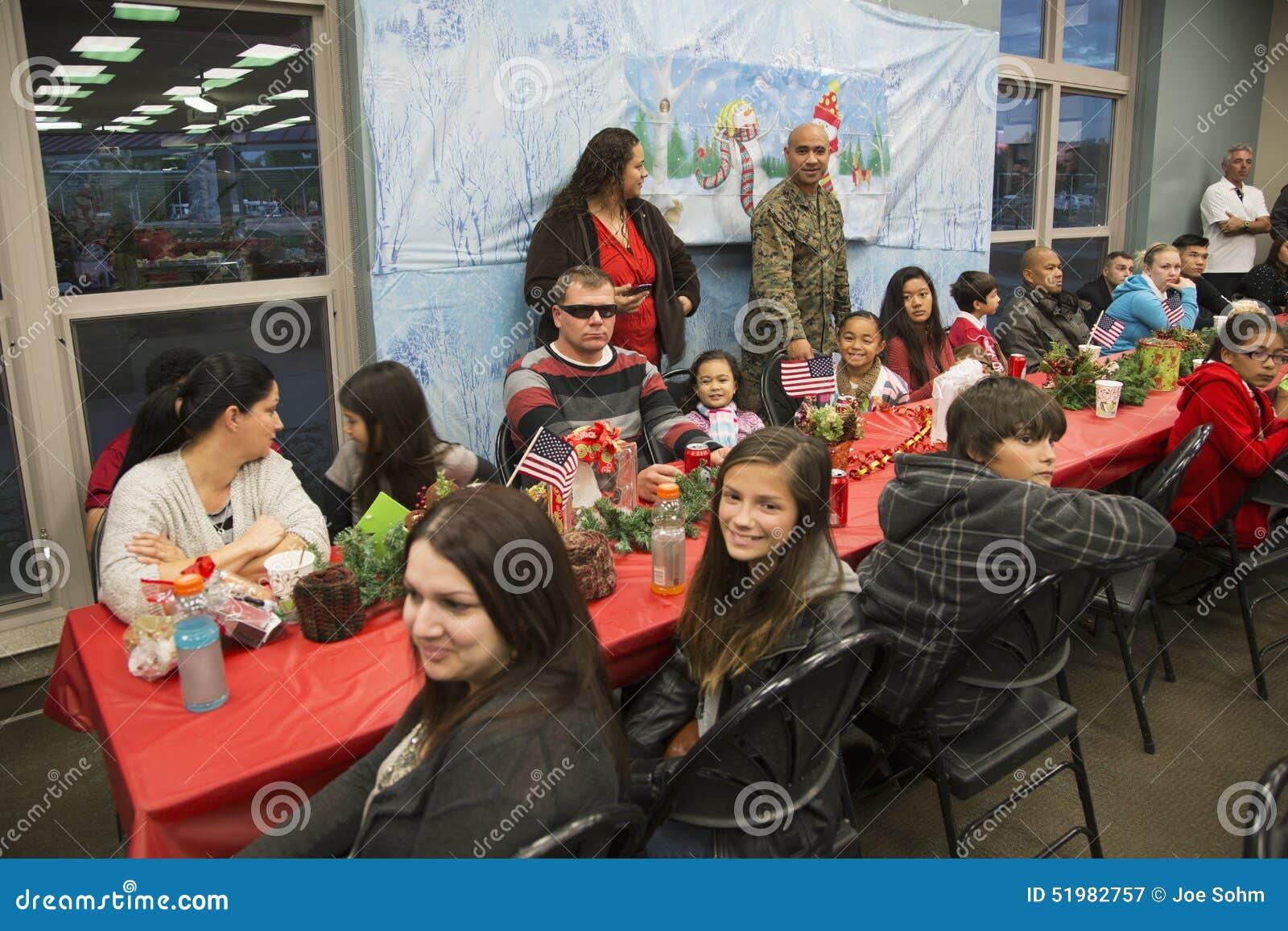 Γεύμα Χριστουγέννων για τους αμερικανικούς στρατιώτες στο πληγωμένο κέντρο πολεμιστών, στρατόπεδο Pendleton, βόρεια του Σαν Ντιέγ