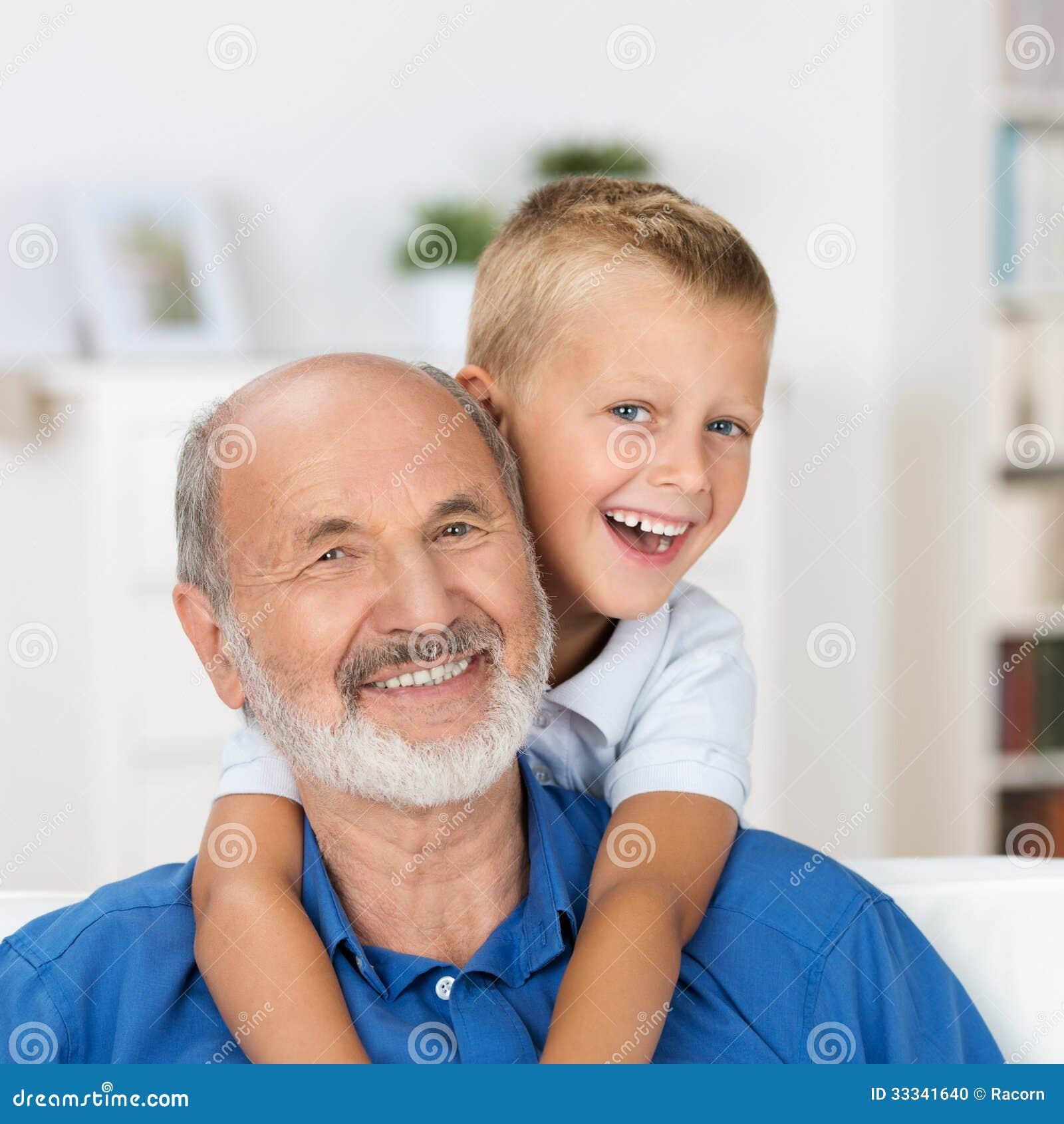 Γελώντας παππούς με τον εγγονό του