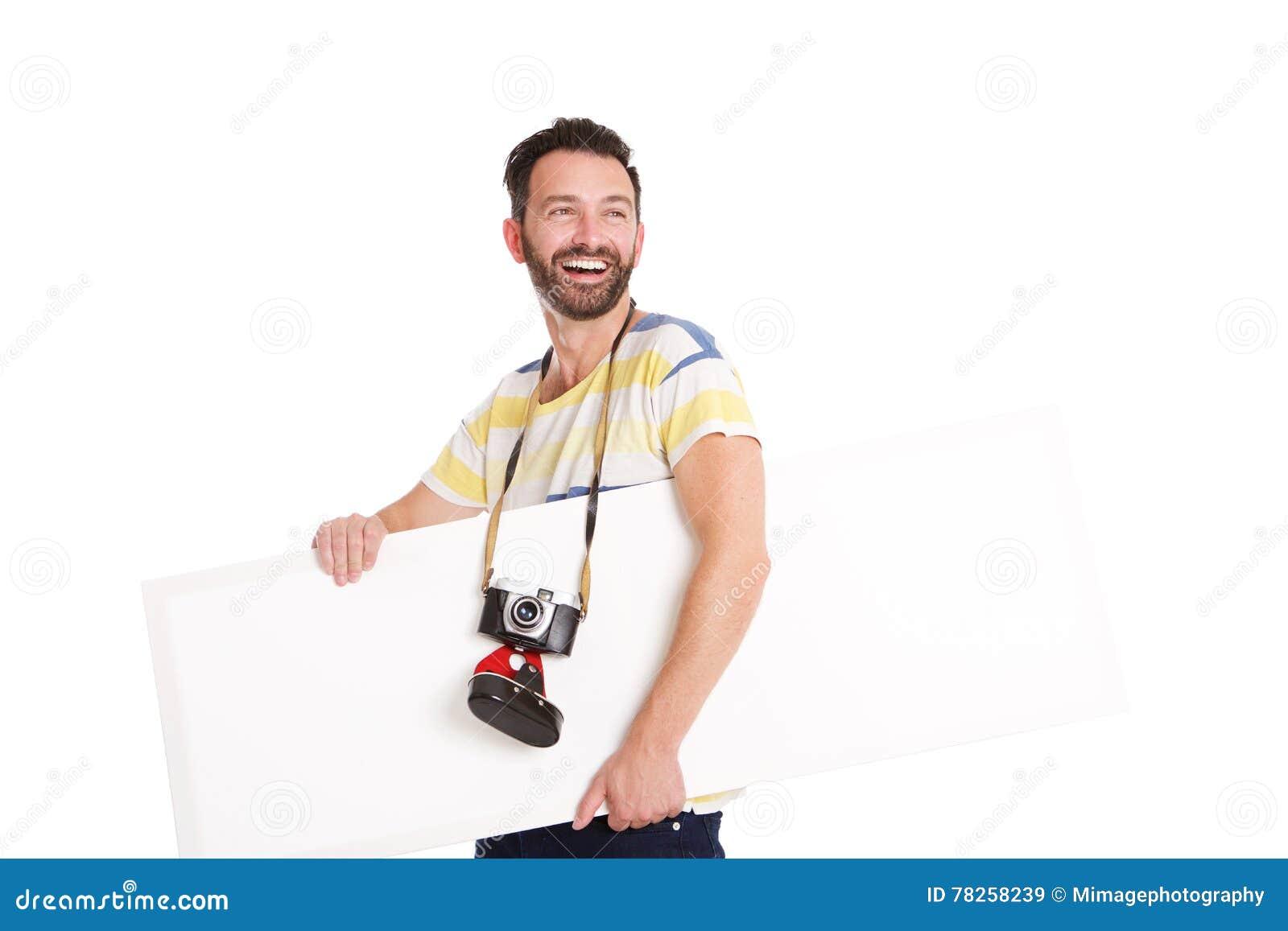 Γελώντας ώριμος φωτογράφος με την κενή αφίσα
