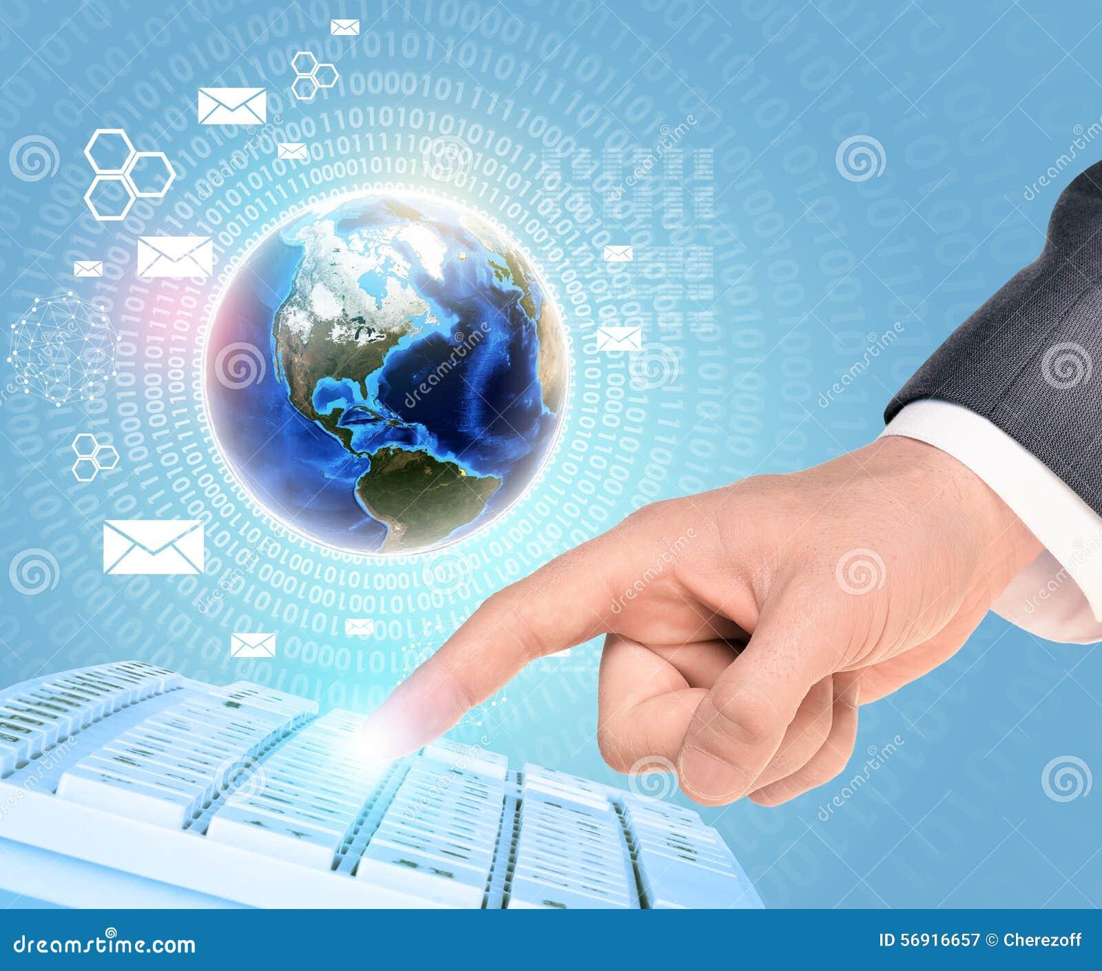 Γη και businessmans χέρι σχετικά με το πληκτρολόγιο