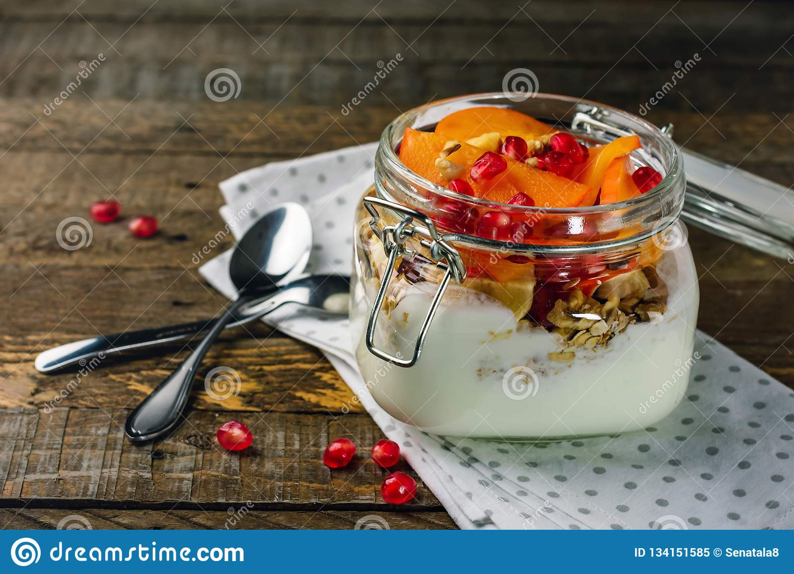Γιαούρτι με τα φρούτα σε ένα βάζο