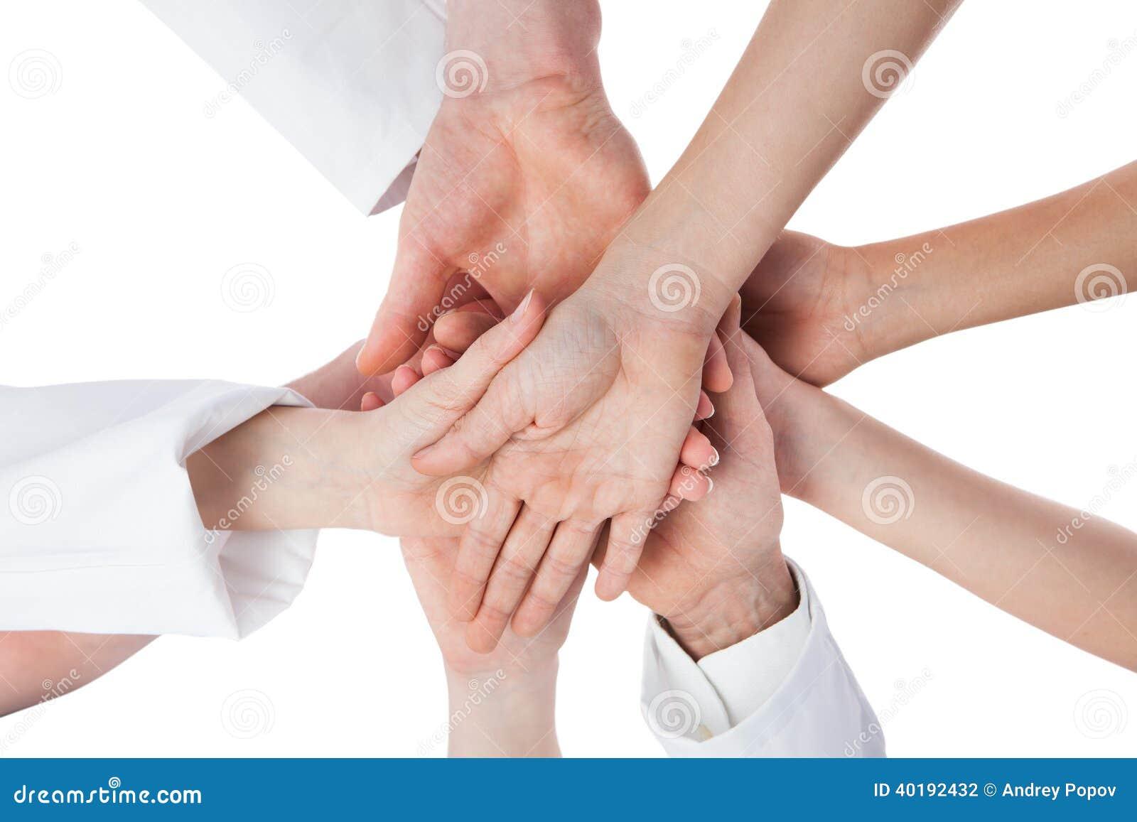 Γιατροί και νοσοκόμες που συσσωρεύουν τα χέρια