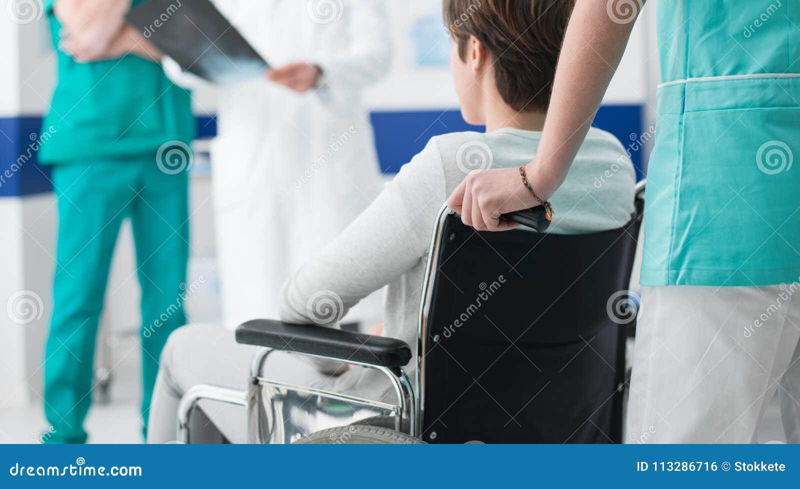 Γιατροί που ελέγχουν μια εκτός λειτουργίας υπομονετική ακτίνα X ` s