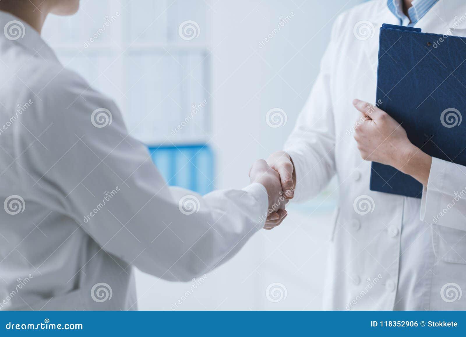 Γιατροί που συναντιούνται στο γραφείο