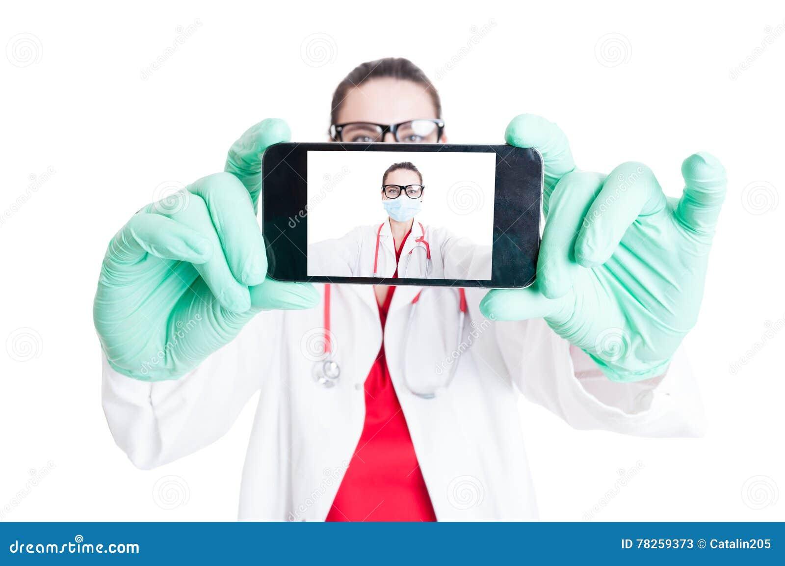 Γιατρός γυναικών με τα googles και το smartphone