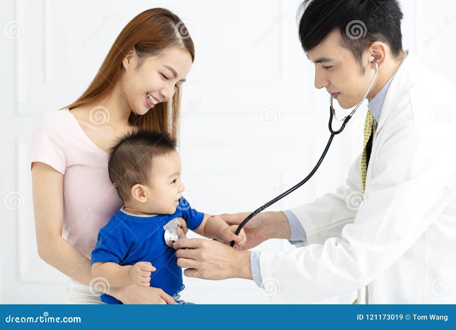 Γιατρός που εξετάζει το μικρό παιδί από το στηθοσκόπιο