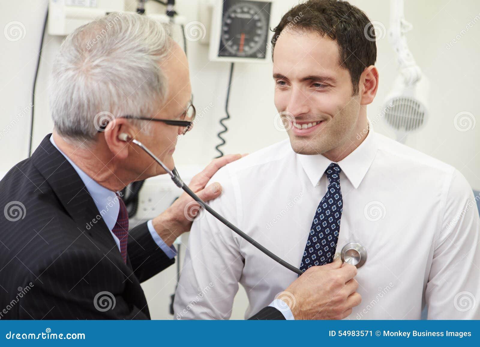Γιατρός που παίρνει τη πίεση του αίματος του αρσενικού ασθενή στο νοσοκομείο