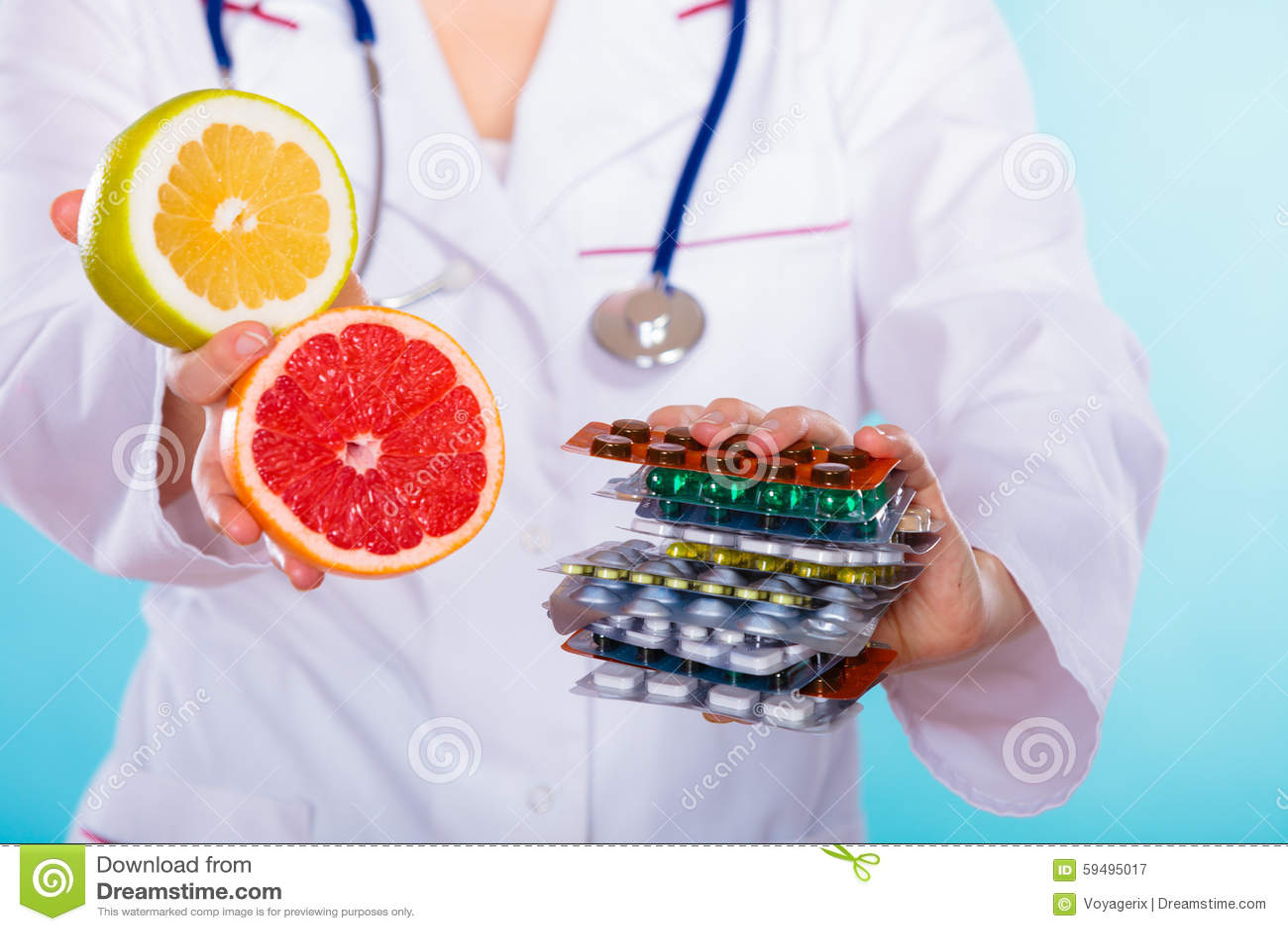 Γιατρός που προσφέρει τις χημικές και φυσικές βιταμίνες