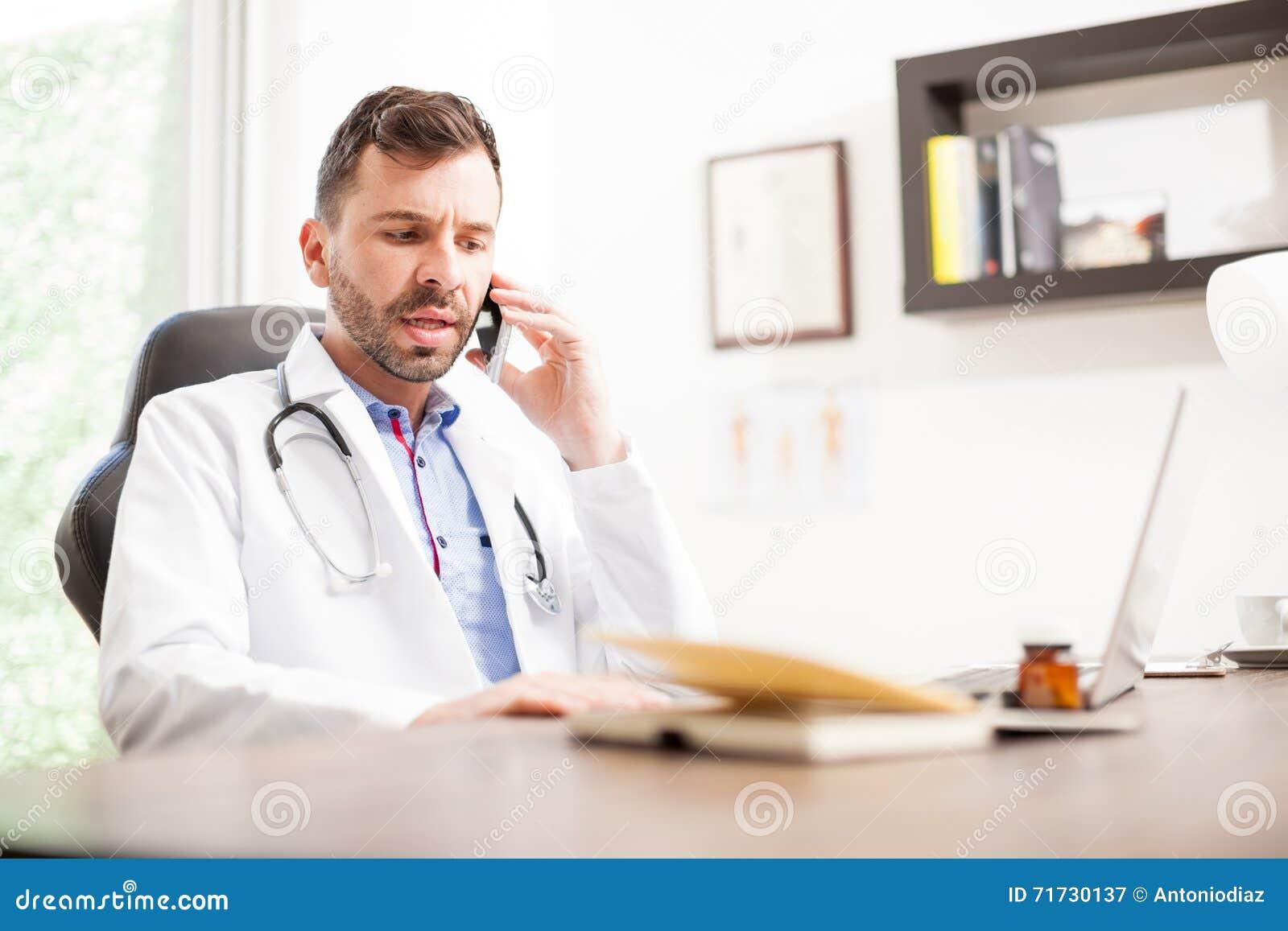 Γιατρός σε ένα τηλεφώνημα με τον ασθενή του