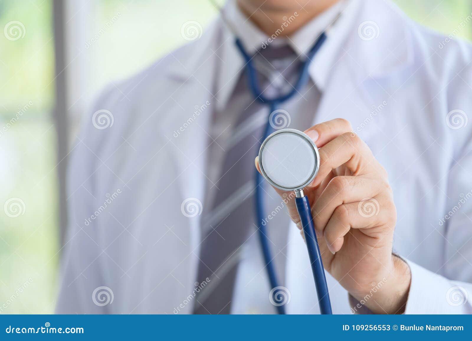 Γιατρός σε μια εσθήτα επιδέσμου με μια εξέταση στηθοσκοπίων
