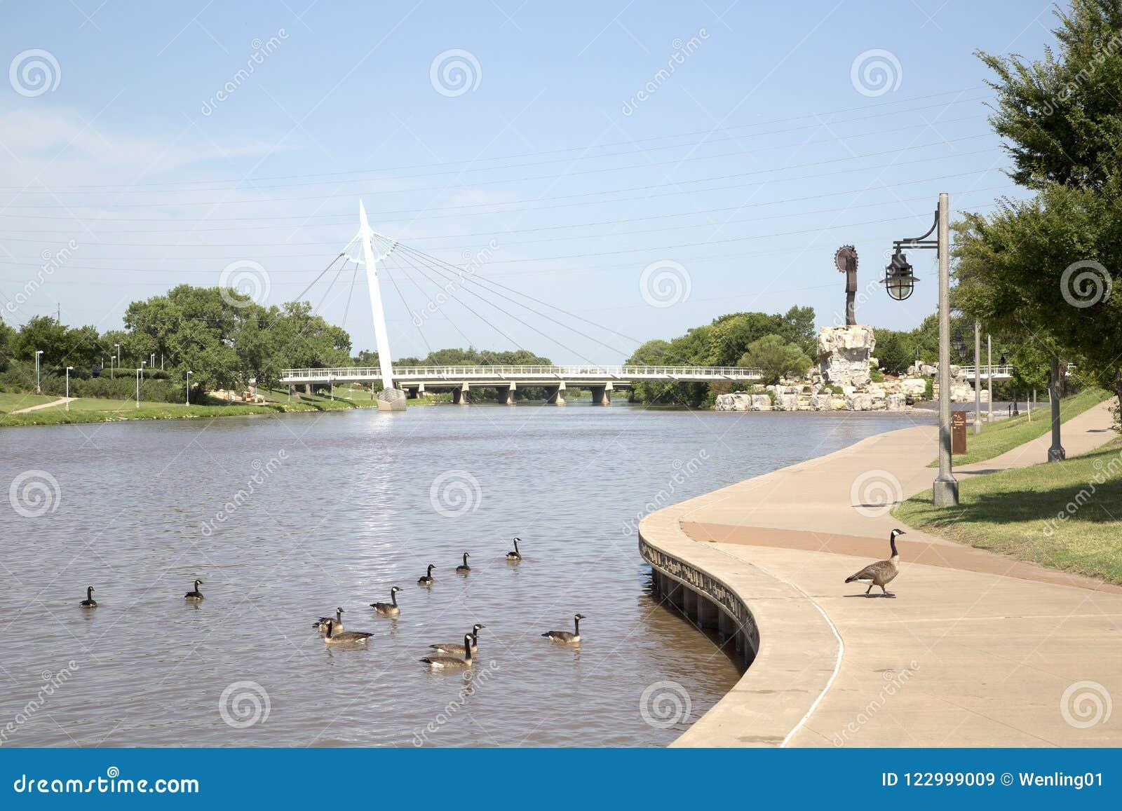 Για τους πεζούς άποψη γεφυρών στο Wichita Κάνσας