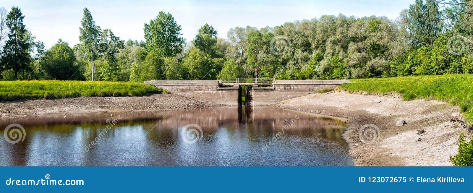 Για τους πεζούς γέφυρα στη λίμνη στο πάρκο την πρώιμη άνοιξη στο cle