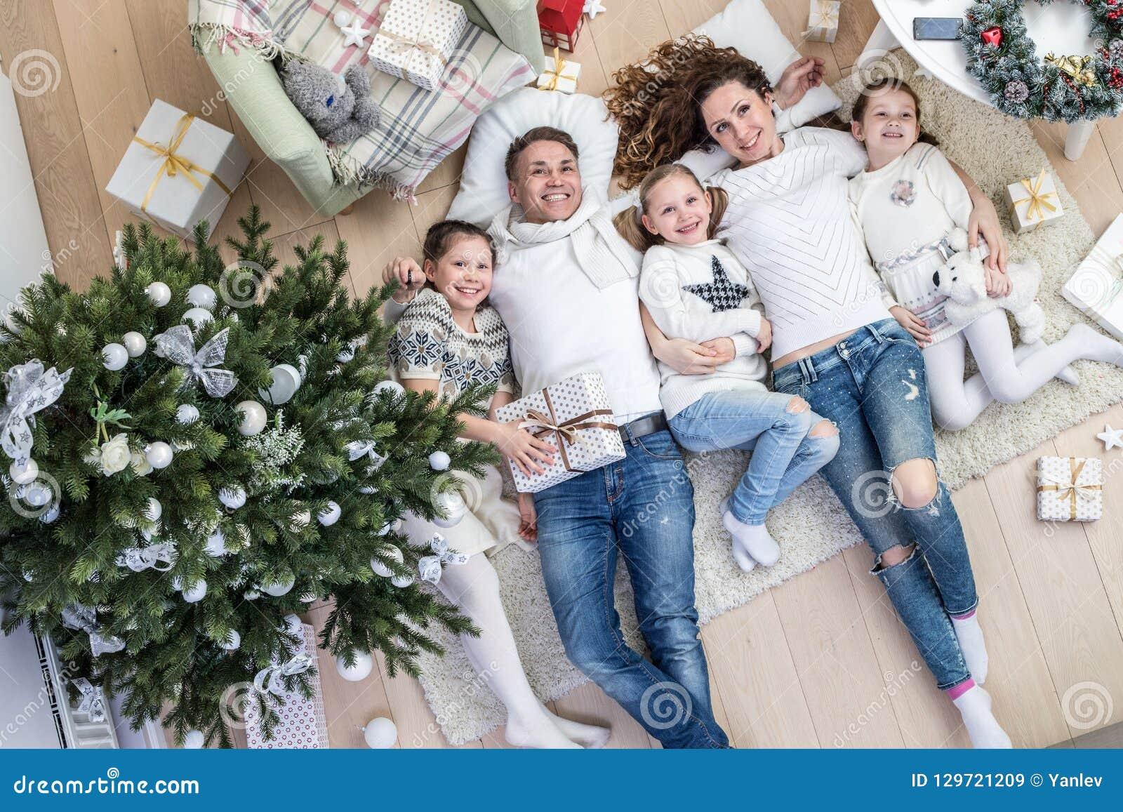 γιορτάζοντας οικογένεια Χριστουγέννων ευτυχής