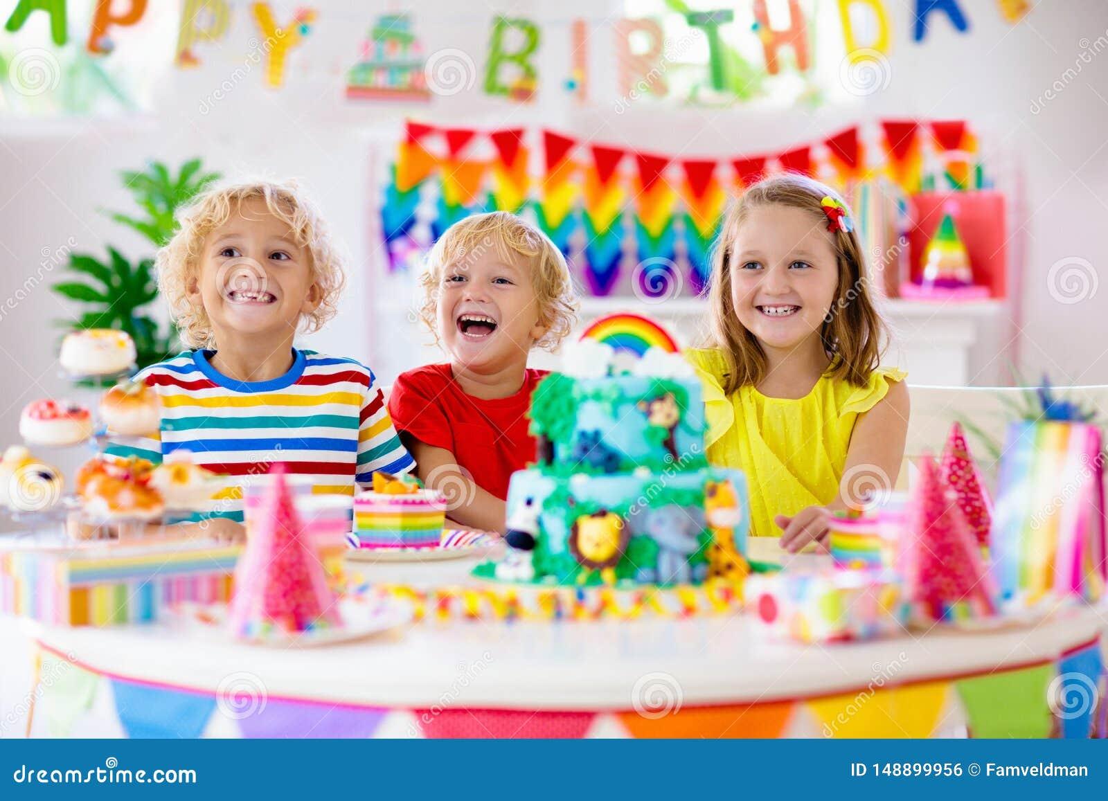 Γιορτή γενεθλίων παιδιών Κερί χτυπήματος παιδιών στο κέικ