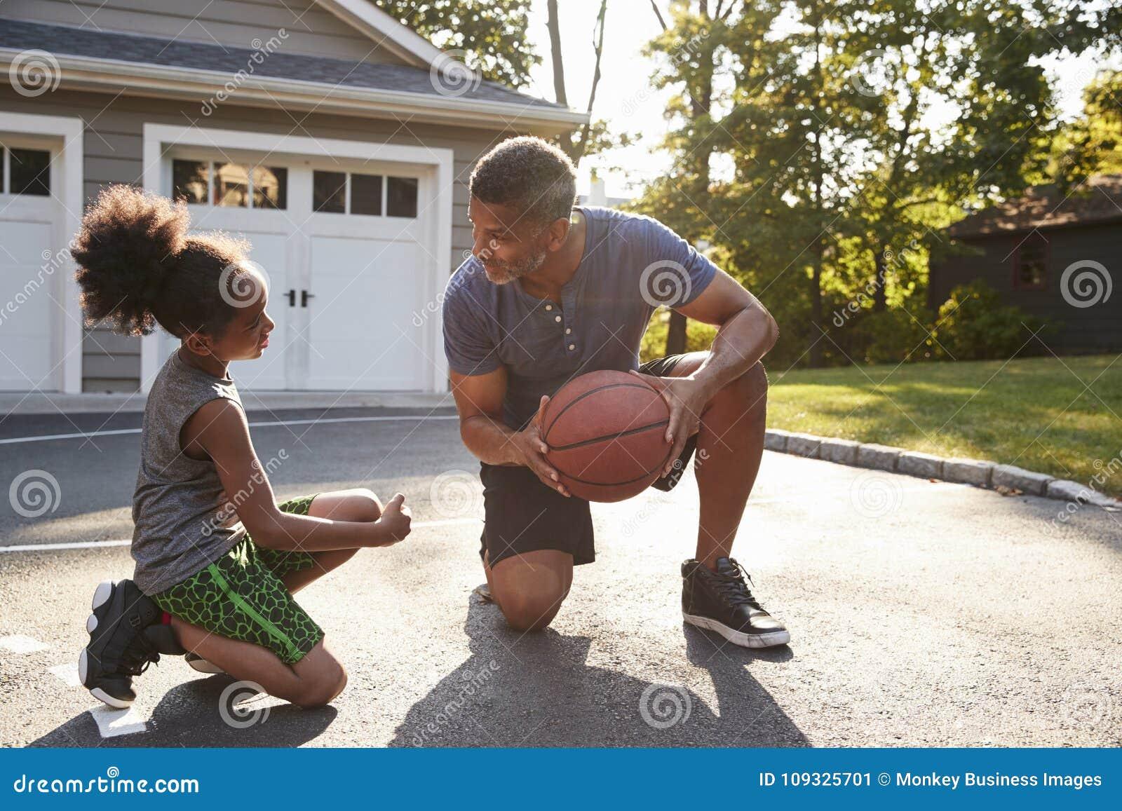 Γιος διδασκαλίας πατέρων πώς να παίξει την καλαθοσφαίριση Driveway στο σπίτι