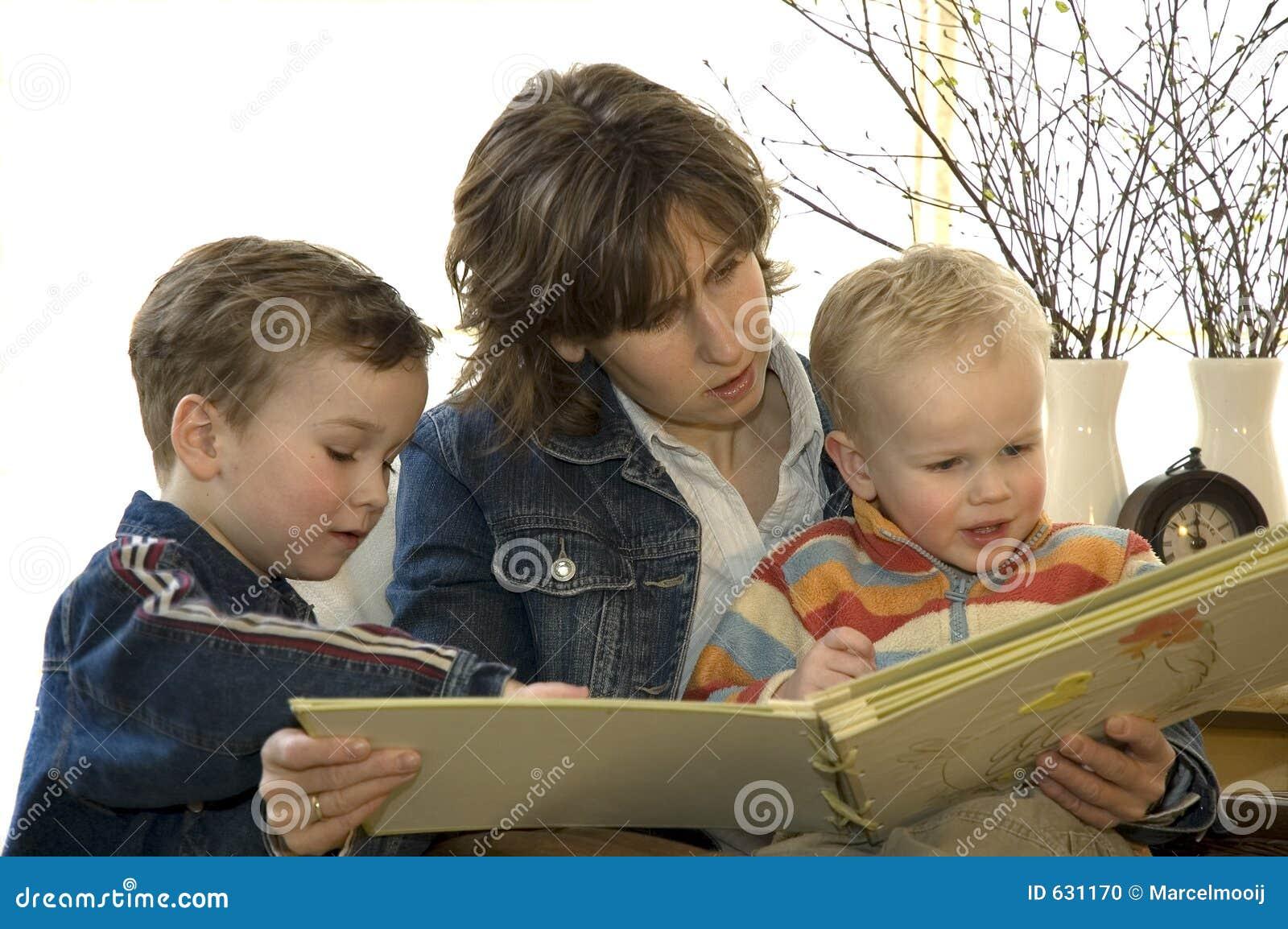 γιος δύο ανάγνωσης s μητέρων βιβλίων