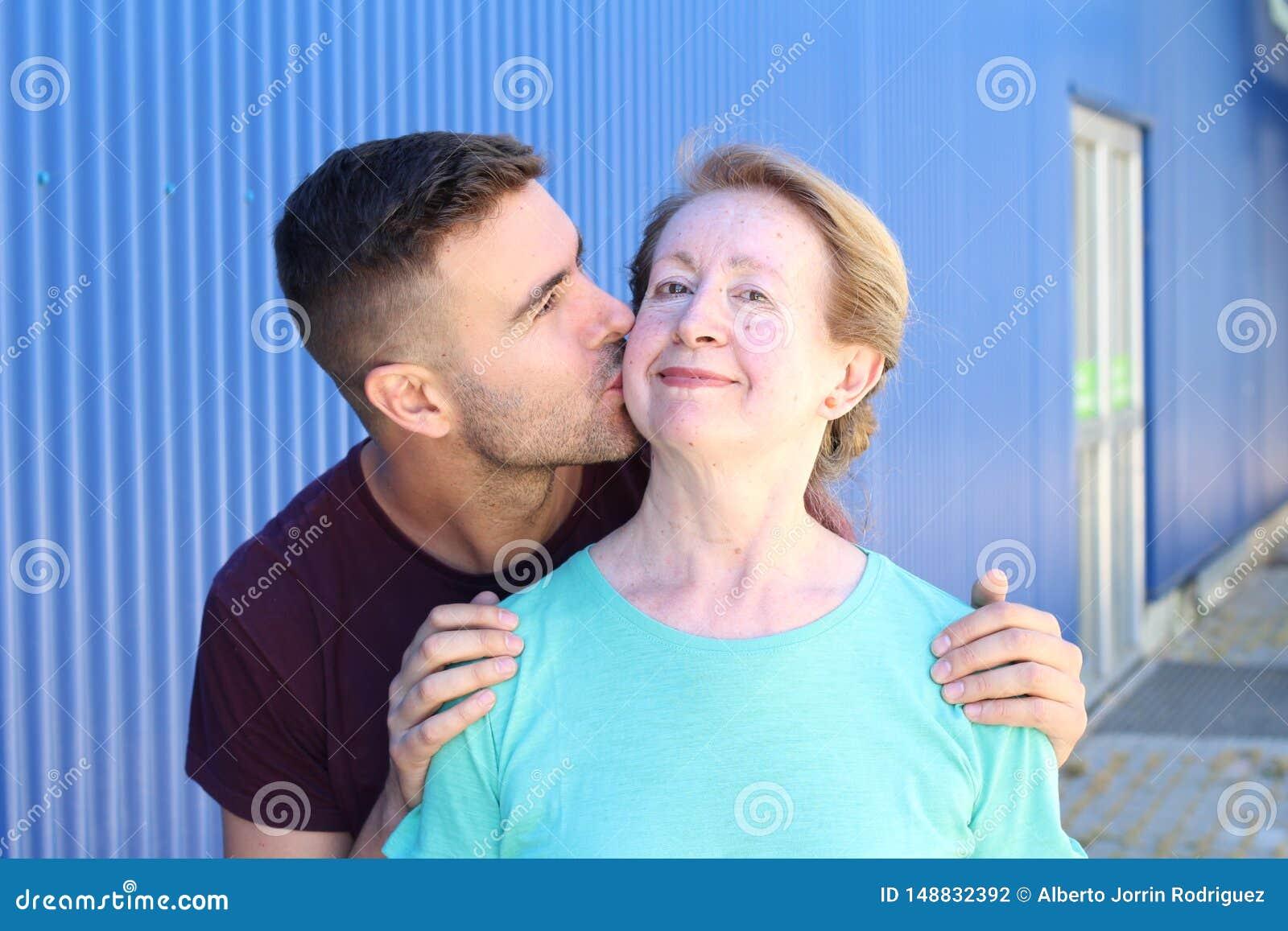 Γιος που φιλά το πορτρέτο μητέρων του