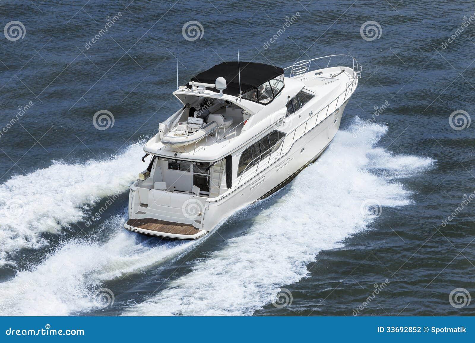 Γιοτ βαρκών δύναμης πολυτέλειας στην μπλε θάλασσα