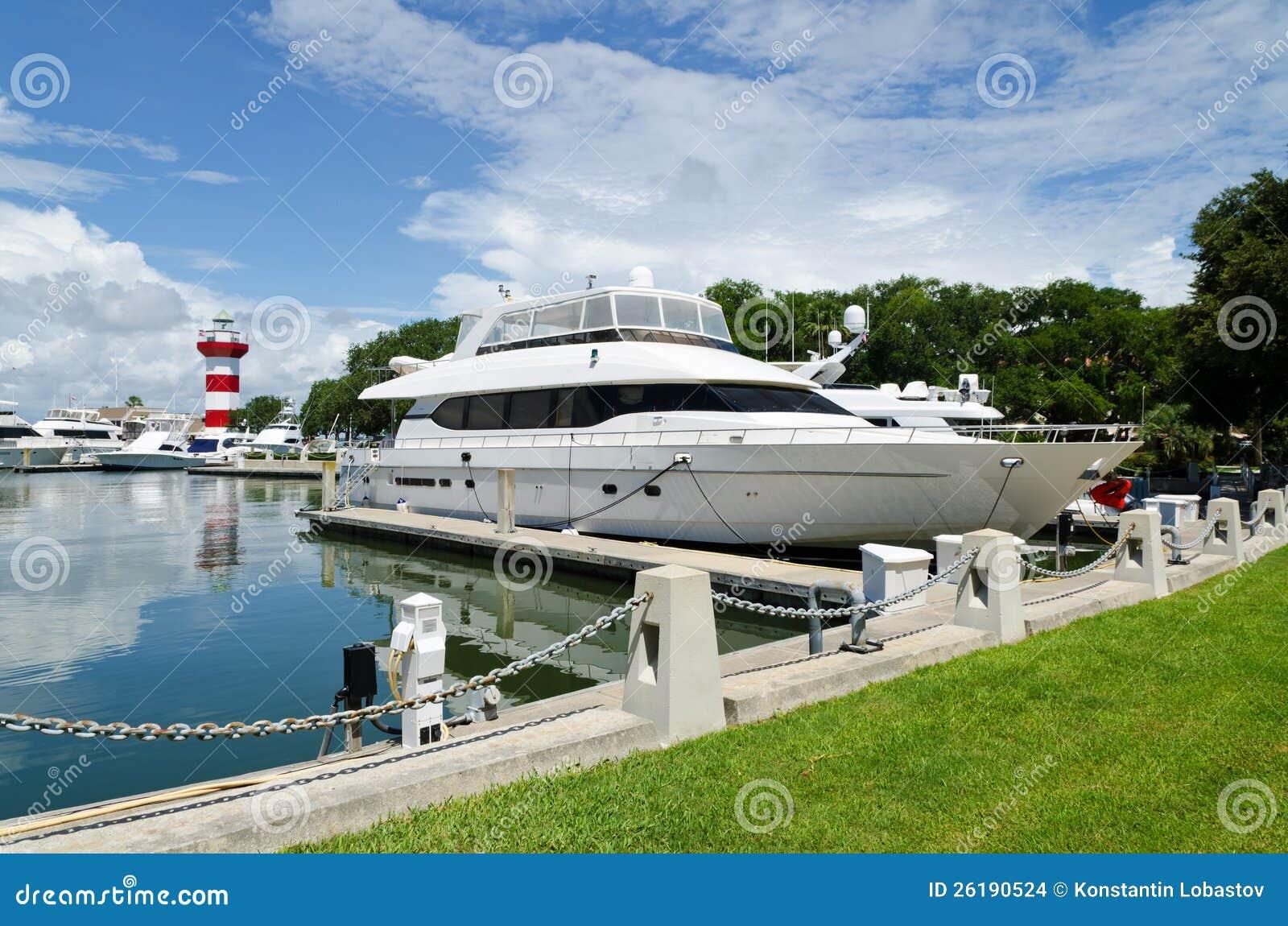Γιοτ πολυτέλειας στο λιμάνι