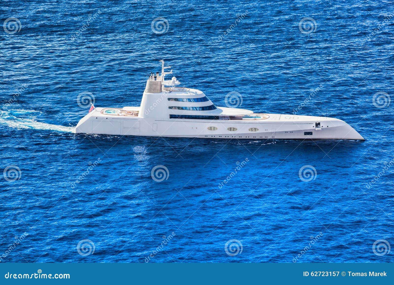 Γιοτ πολυτέλειας ενάντια στην κυανή θάλασσα