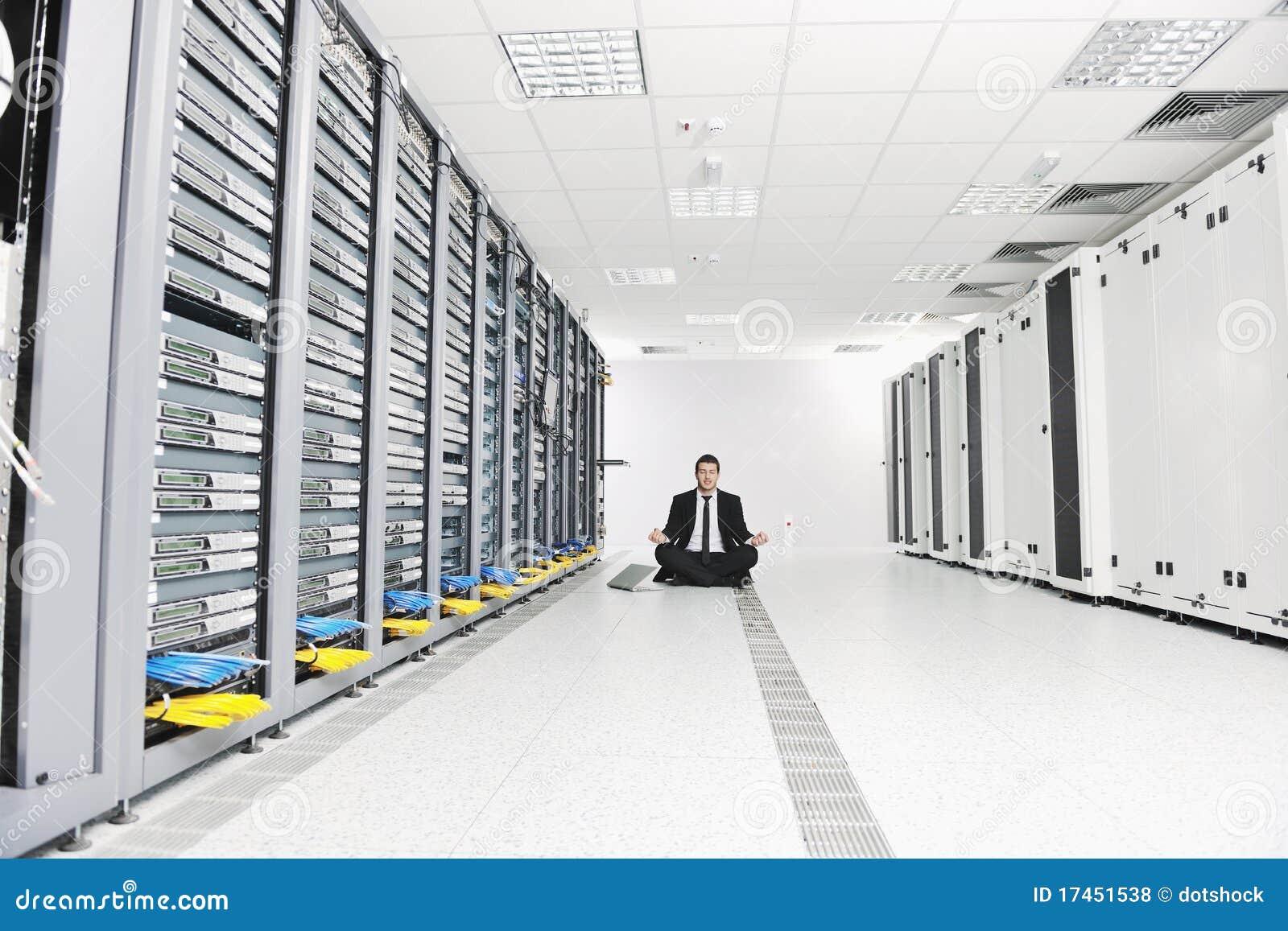 Γιόγκα πρακτικής επιχειρησιακών ατόμων στο δωμάτιο κεντρικών υπολογιστών δικτύων