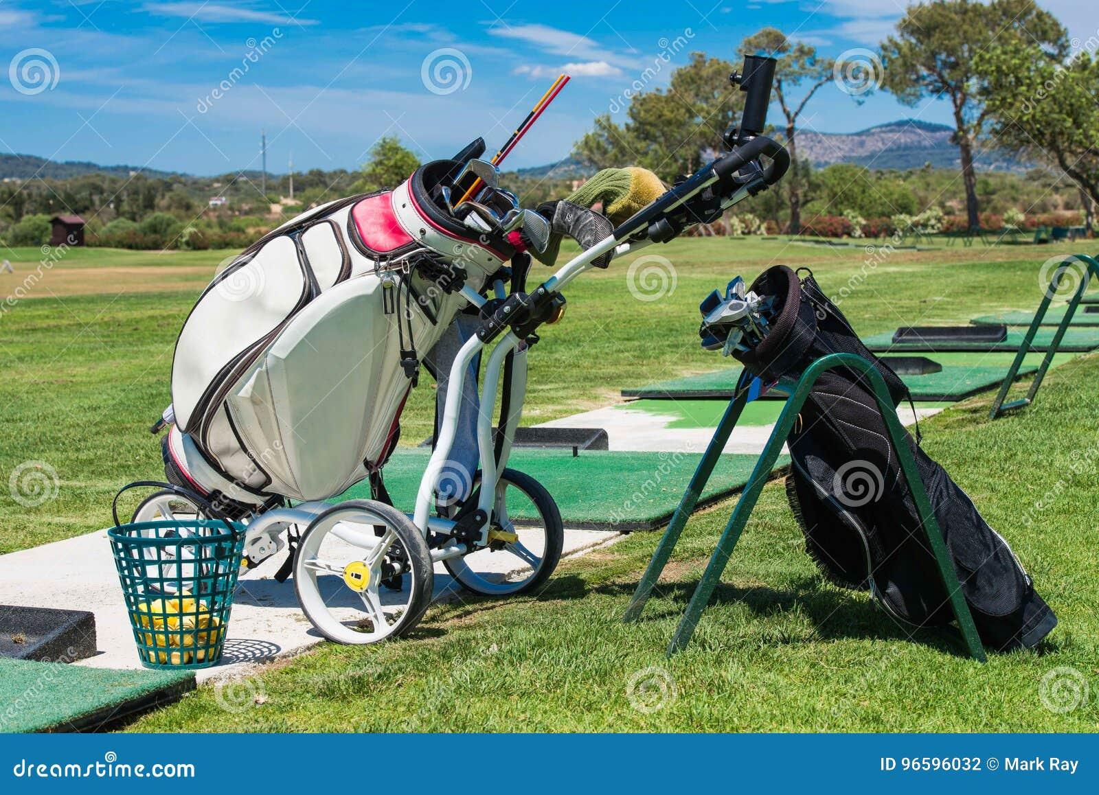 Γκολφ κλαμπ και εξοπλισμός σε μια εκπαιδευτική ακαδημία