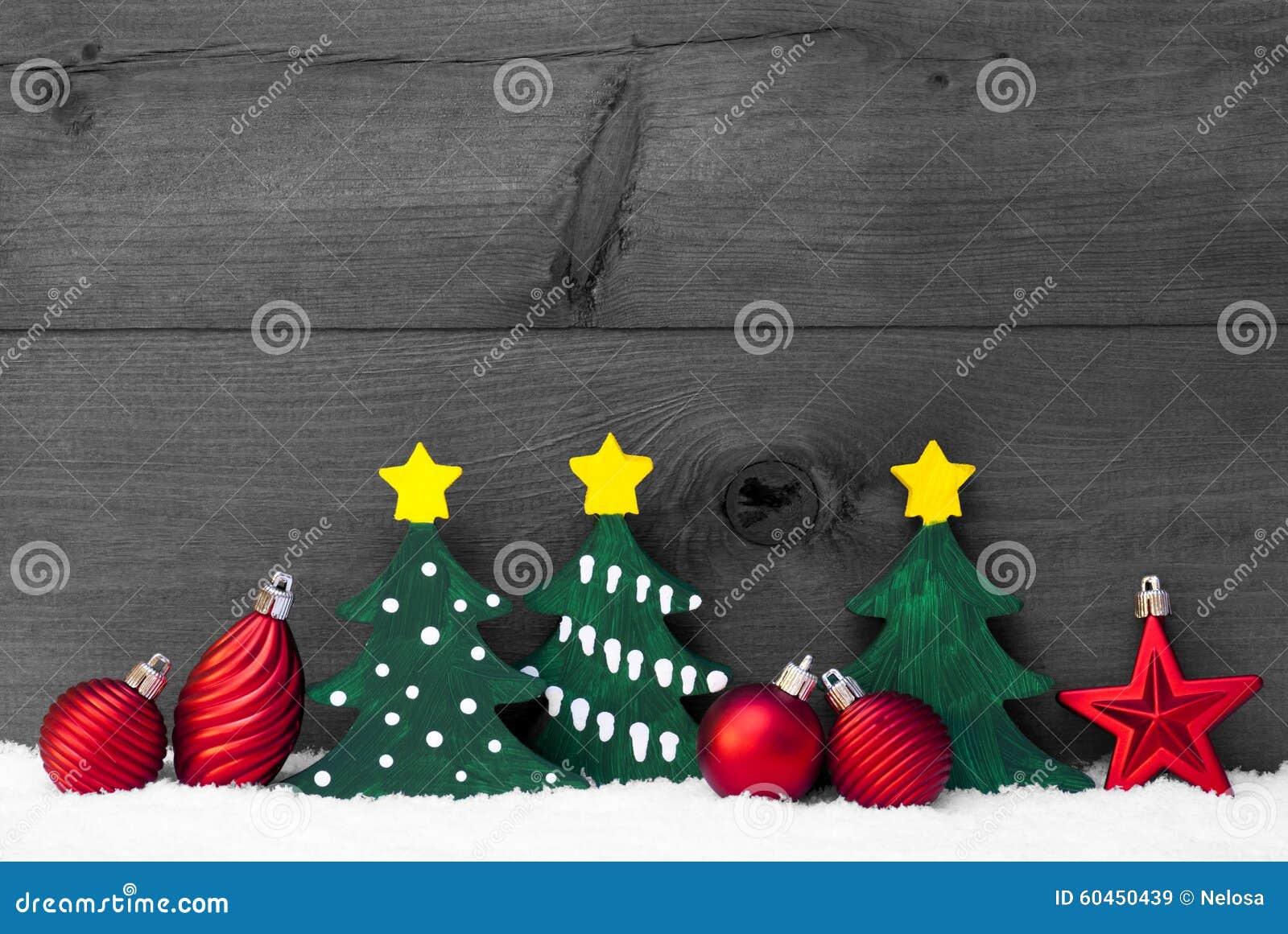 Γκρίζα κάρτα Χριστουγέννων με τα πράσινα δέντρα και τις κόκκινες σφαίρες, χιόνι